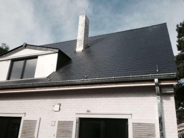 R novation de toiture en ardoises de diff rents formats et couleurs l 39 ardoise s 39 adapte for Prix toiture ardoise naturelle m2