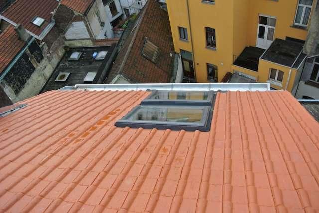 r novation de toiture en tuiles en terre cuite faite d 39 argile sous forme de carreau plat ou. Black Bedroom Furniture Sets. Home Design Ideas